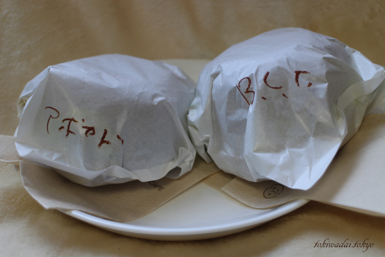 HIGU BAGEL & CAFE(ヒグベーグル&カフェ)、アボカドシュリンプとB.L.T。