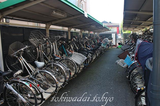ときわ台駅北口第三自転車駐車場の自転車が並んでいる中の様子です。