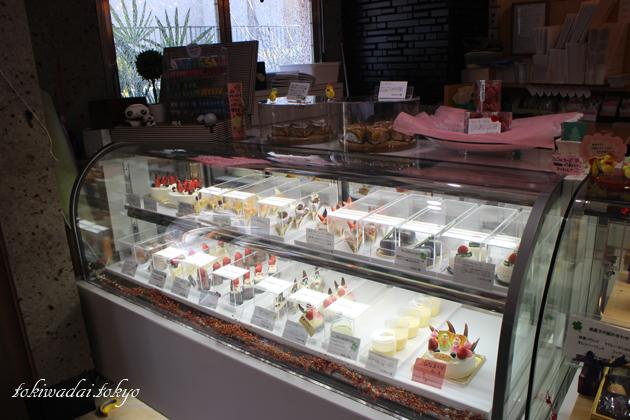 Petit Sapin(プティ・サパン)。様々なケーキが並びます。