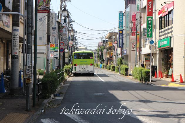 ときわ台駅前「志村三丁目駅行き」のバス乗り場は、ときわ台駅北口を出て左へ道沿いに行ったところにあります。