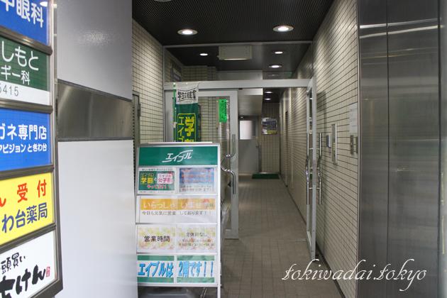 新光常盤台ビル入り口の様子。入り口奥に、エレベーターがあります。