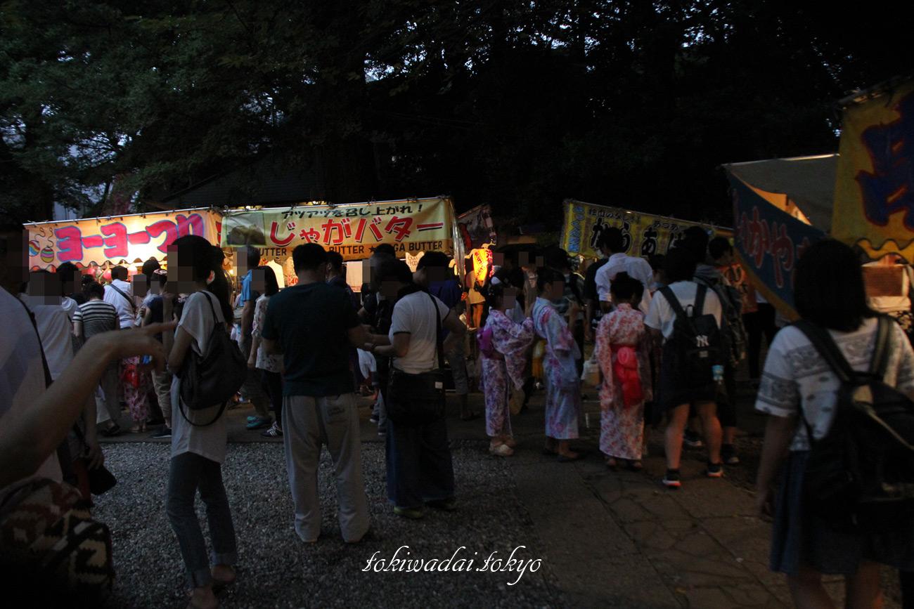 2017年、天祖神社「秋祭り」の境内には屋台が並びます。
