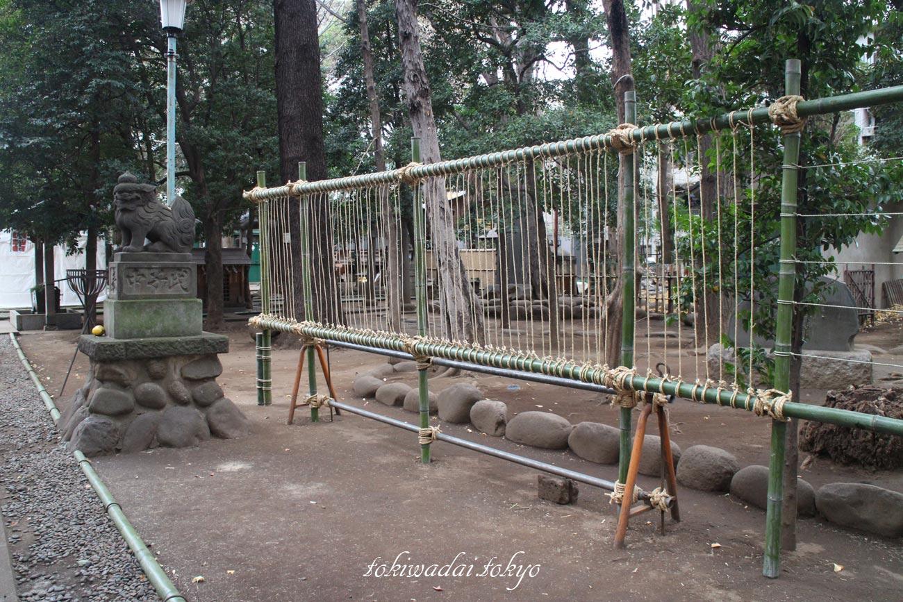 2017年、天祖神社大晦日。おみくじを結ぶ場所もできていました。
