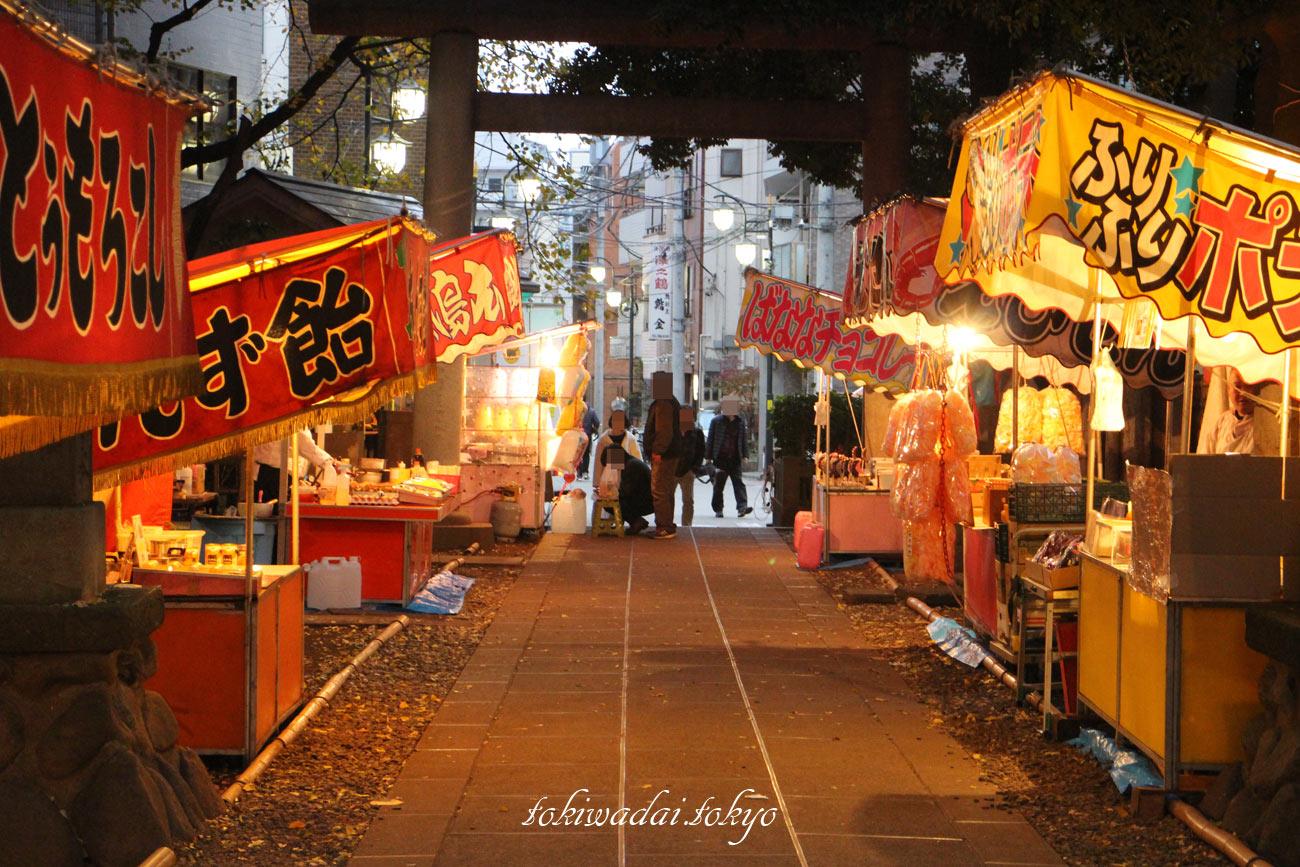 天祖神社、熊手市(平成三十年)。屋台も出ています。